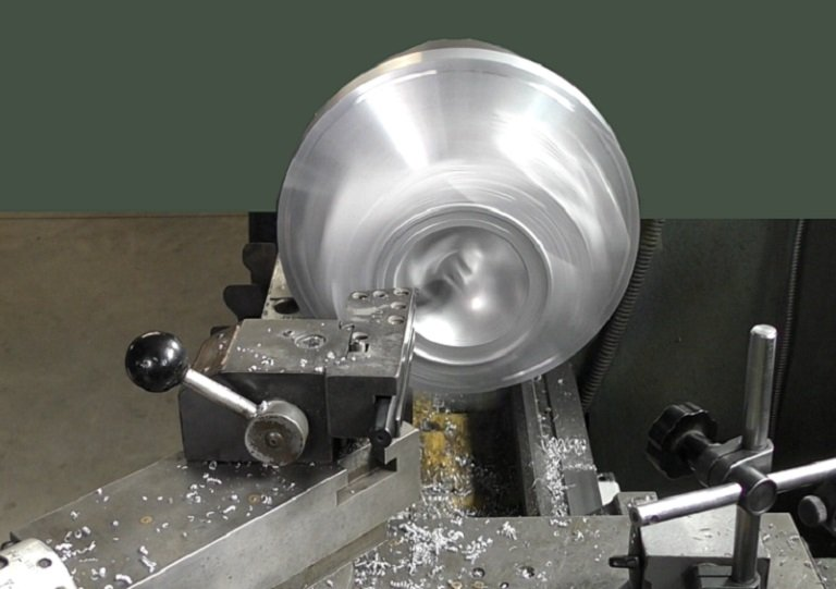 A sprinning head in the lathe
